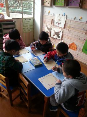 孩子们正在课后延伸认识各种动物的影子和爪子的形状